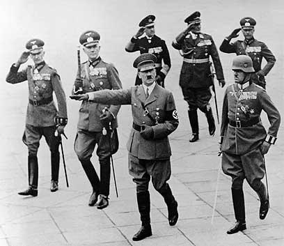 היטלר במצעד צבאי. באומן לא הסכים למדיניותו (צילום: איי פי)