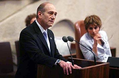 אולמרט מצדיק בכנסת את היציאה למלחמת לבנון השנייה ב-2006 (צילום: גיל יוחנן) (צילום: גיל יוחנן)