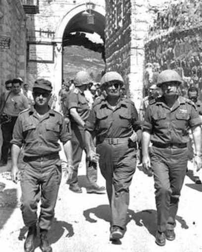 """דיין במרכז, לצד אלוף הפיקוד נרקיס והרמטכ""""ל רבין, בדרך לכותל המערבי - 11 יום לפני הדיון בממשלה על עתיד השטחים (צילום: אילן ברונר, לע""""מ)"""