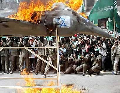 הפגנת שנאה בשכם באינתיפאדה השנייה (צילום: רויטרס) (צילום: רויטרס)