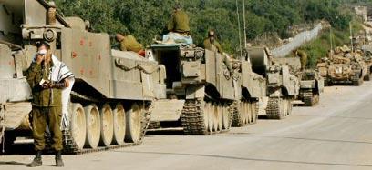 """שיירה צה""""לית במהלך מלחמת לבנון השנייה (צילום: רויטרס) (צילום: רויטרס)"""