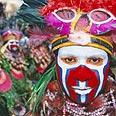 ילידי המקום בתלבושת מסורתית