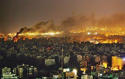 """הפצצות צה""""ל בביירות. נסראללה הזהיר: """"מה בעדה בעדה חיפה"""" (צילום: איי פי) (צילום: איי פי)"""