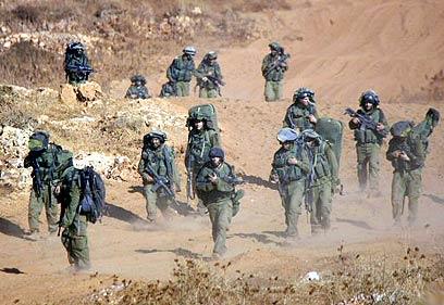"""חיילי צה""""ל בדרכם חזרה מלבנון במלחמה ב-2006 (צילום: רויטרס)"""