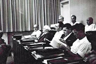 """פרס (במרכז) ליד בן-גוריון (צילום: משה מילנר, לע""""מ) (צילום: משה מילנר, לע"""