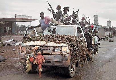 14 שנות מלחמת אזרחים עקובה מדם. חמושים בליבריה (צילום: איי פי) (צילום: איי פי)
