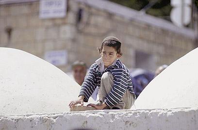 """מתפילה ישירה לקב""""ה - לתפילה על קברים. קבר הרשב""""י במירון (צילום: אפי שריר) (צילום: אפי שריר)"""