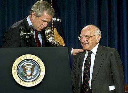 מילטון פרידמן וג'ורג' בוש ב-2002 (צילום: איי פי) (צילום: איי פי)