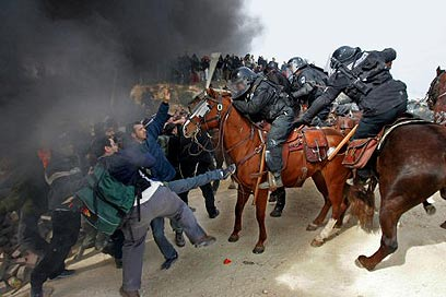 Settlers rally in Amona in 2006 (Photo: Reuters ) (Photo: Reuters )