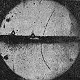 תצלום תא ערפל שקיבל אנדרסון ב-1932, ובו נראה מסלולו של פוזיטרון