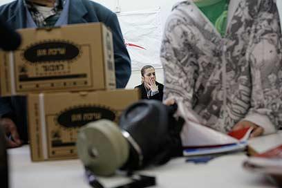 תחנת חלוקת ערכות מגן (צילום: AP)