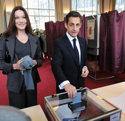 צרפת תאבד את הזוג הנוצץ שלה? סרקוזי וברוני (צילום: AP) (צילום: AP)
