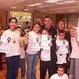 """תלמידי בית הספר """"אחווה"""" מרמלה עם תעודות הפרס. הביאו כבוד באדיבות דוברות עיריית רמלה"""