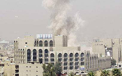 ניצל משישה פיגועים. עשן מיתמר לאחר פיצוץ בבגדד (צילום: AFP) (צילום: AFP)