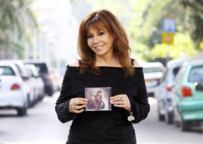 """ירדנה ארזי והדיסק הראשון, """"נשמה צוענית"""" (צילום: דנה קופל) (צילום: דנה קופל)"""