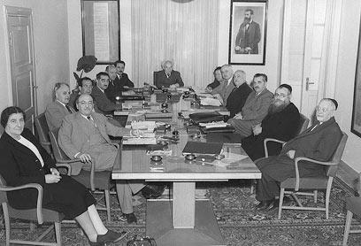 בן גוריון בישיבת ממשלת ישראל הראשונה (מתוך אתר כנסת ישראל) (מתוך אתר כנסת ישראל)