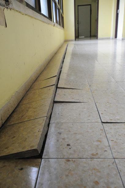 מרצפות התרוממו לאחר הזנחה של שנים. ארכיון   (צילום: גדי דגון) (צילום: גדי דגון)