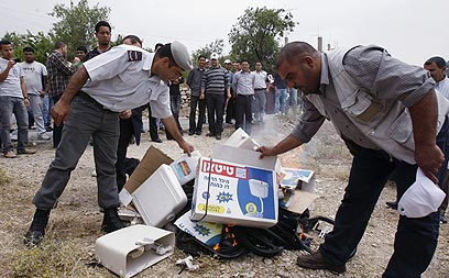 """""""הנפגעים העיקריים יהיו פלסטינים"""". שריפת תוצרת ישראלית ביו""""ש (צילום: AFP) (צילום: AFP)"""