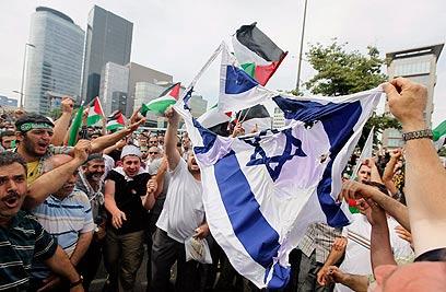 """""""המוסלמים בטורקיה לא מפרידים בין ישראל ליהודים המקומיים"""". הפגנה בטורקיה (צילום: רויטרס)"""