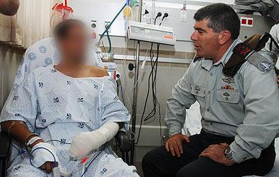 """לוחם שנפצע במרמרה נפגש עם הרמטכ""""ל דאז בבית החולים (צילום: דובר צה""""ל) (צילום: דובר צה"""