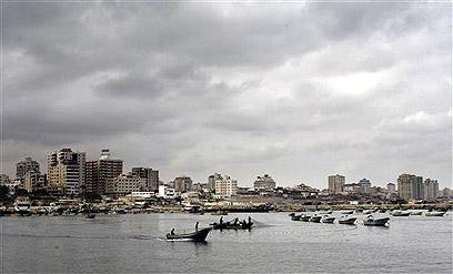 """סירות דייגים בנמל עזה. """"אין מקום לספינות גדולות"""" (צילום: AP) (צילום: AP)"""
