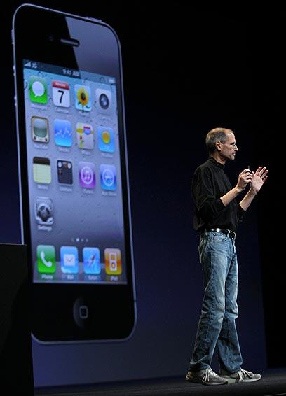 סטיב ג'ובס מציג את אייפון 4 (צילום: רויטרס)