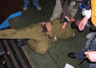 לוחם שייטת מותקף בידי פעילים. ידעו שיהיה מסוכן, ולא עשו (צילום: AFP) (צילום: AFP)