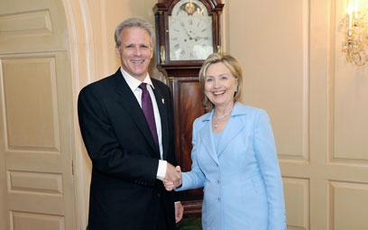 עם מזכירת המדינה לשעבר קלינטון. ימני מפוכח, הלך בין הטיפות ()