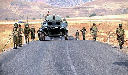 חיילים טורקים במהלך מבצע נגד המורדים הכורדים. רבבות נהרגו כבר (צילום: AFP) (צילום: AFP)