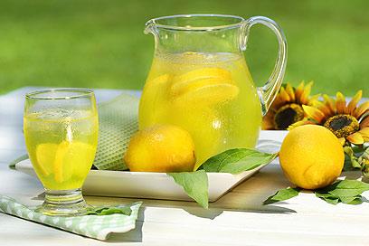 מים עם לימון ושמן זית יכולים לעזור לתסמינים (צילטם: Index Open) (צילטם: Index Open)
