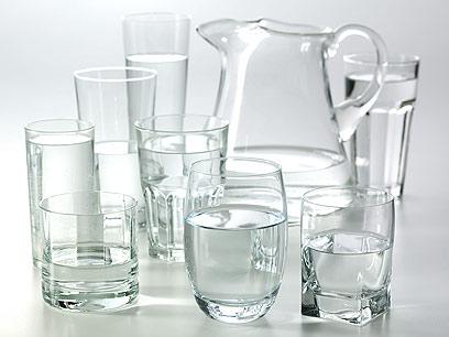 שתו כוס מים בכל שעה עד הצום - סך הכל שמונה כוסות ביום (צילום: Index Open)
