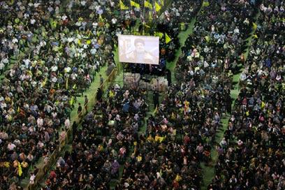 ההמונים מקשיבים לנסראללה בביירות. ניהל את המלחמה דרך התקשורת (צילום: AP) (צילום: AP)
