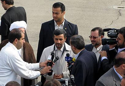 אחמדינג'אד דקות לפני ניסיון ההתנקשות  בעיר המדאן ב-2010 ()