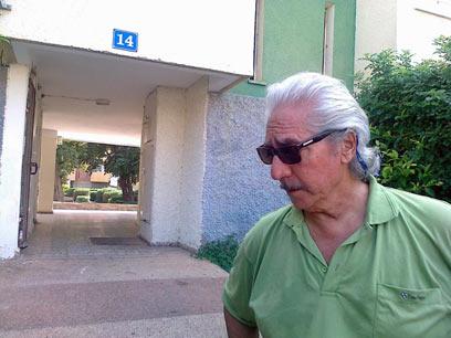 """עמוס ברנס ליד ביתו הצנוע בעכו, בקיץ שעבר (צילום: אחיה ראב""""ד) (צילום: אחיה ראב"""