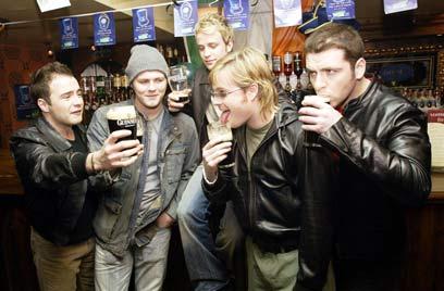 יש בירה, יש חברים (צילום: Getty Images Imagesbank) (צילום: Getty Images Imagesbank)