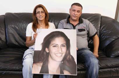 הוריה של עמרם עם תמונתה (צילום: עידו ארז ) (צילום: עידו ארז )