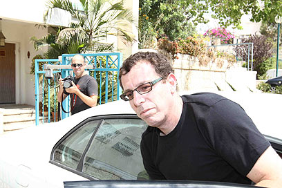 בועז הרפז בכניסה לביתו. עוד לא ברור אם יועמד לדין (צילום: אוהד צויגנברג)