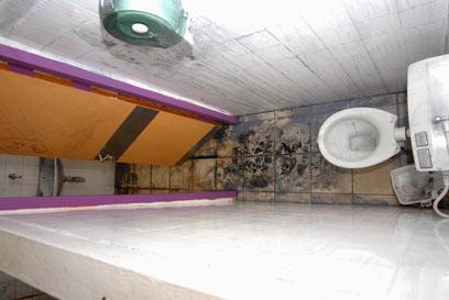 תא השירותים שבו נרצחה תאיר (צילום: אביהו שפירא)