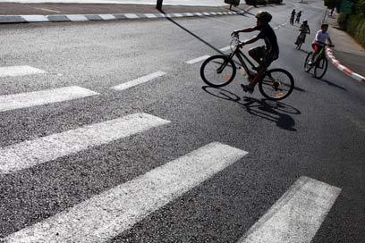 על אופניים ביום כיפור, בשנה שעברה (צילום: AFP) (צילום: AFP)