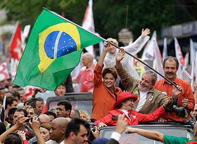 השקעה בחינוך ובסקטורים נחשלים. נשיאת ברזיל רוסף וקודמה בתפקיד לולה (צילום: AP) (צילום: AP)