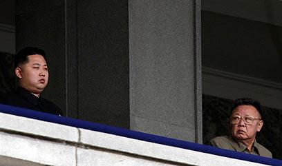 קים ג'ונג איל, לצד בנו היורש, צופים במצעד צבאי (צילום: רויטרס) (צילום: רויטרס)