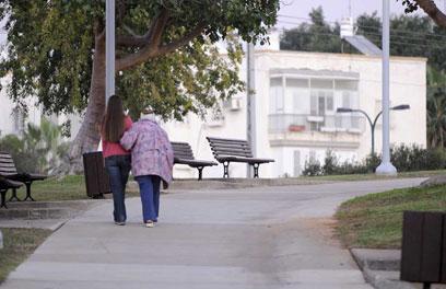 על מערכת היחסים המיוחדת בין המטפל לקשיש המטופל (צילום: דודו אזולאי) (צילום: דודו אזולאי)