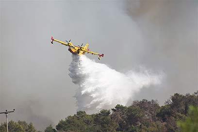 מטוס כיבוי קנדי בפעולה בשריפה בכרמל (צילום: ג'ורג' גינסברג) (צילום: ג'ורג' גינסברג)