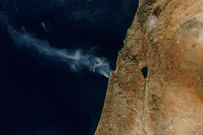 השריפה כפי שצולמה מהחלל. כ-25 אלף דונמים עלו באש (צילום: AP) (צילום: AP)