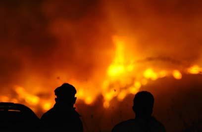 מול הלהבות בכרמל. במשמרת שלהם (צילום: AFP) (צילום: AFP)