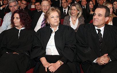 """עו""""ד יורי גיא-רון ליד הנשיאה ביניש. הסיעה שלו שולטת (צילום: חיים צח) (צילום: חיים צח)"""