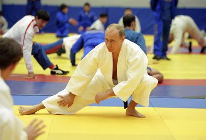 פוטין בתרגילי ג'ודו. כנראה יישאר נשיא עד 2024 (צילום: רויטרס) (צילום: רויטרס)