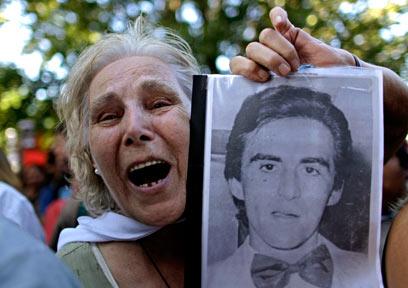 מפגינה מול האולם שבו נערך משפטו של ראש החונטה לשעבר (צילום: AP) (צילום: AP)