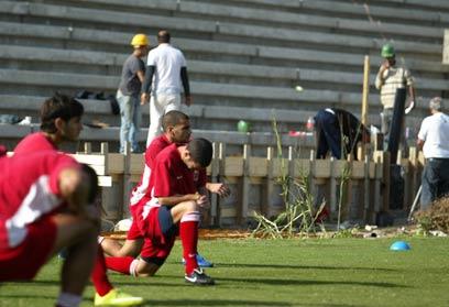 עבודות הבנייה בעונה שעברה באצטדיון בעכו (צילום: יועד כהן) (צילום: יועד כהן)