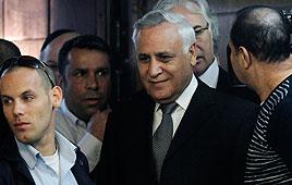 משה קצב בבית המשפט המחוזי בתל-אביב (צילום: AFP)